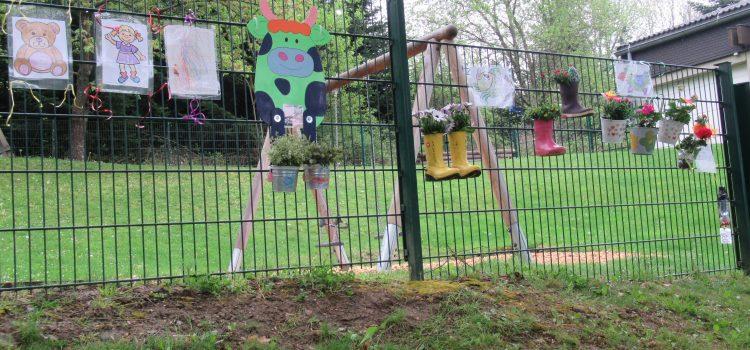 Liebevoll geschmückter Zaun am Kindergarten